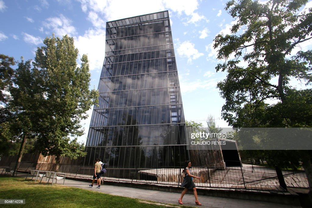 View of Chilean architect Alejandro Aravena's 'Siamese Towers' in Santiago, Chile, on January 13, 2016. Chilean architect Alejandro Aravena won the prestigious 2016 Pritzker Prize Wednesday, earning praise for 'powerful' designs that address key social and economic challenges of the 21st century. AFP PHOTO/CLAUDIO REYES / AFP PHOTO / Claudio Reyes