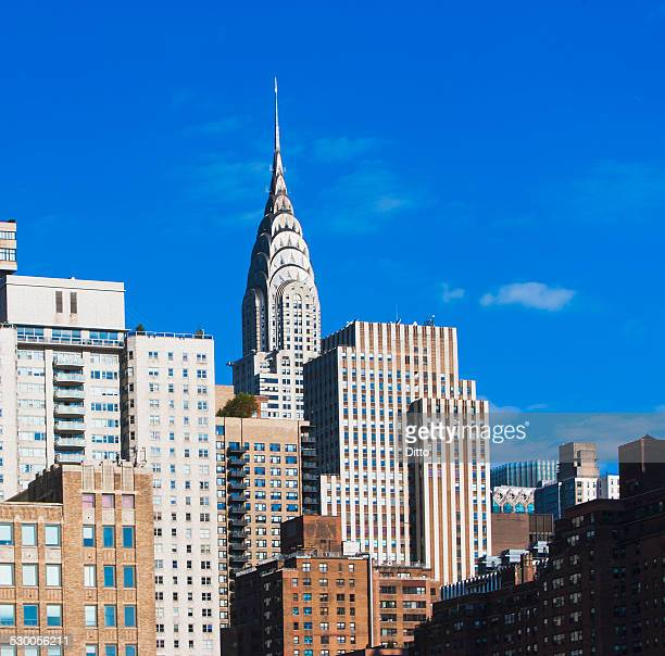 view of chrysler building in manhattan skyline - chrysler building stock pictures, royalty-free photos & images