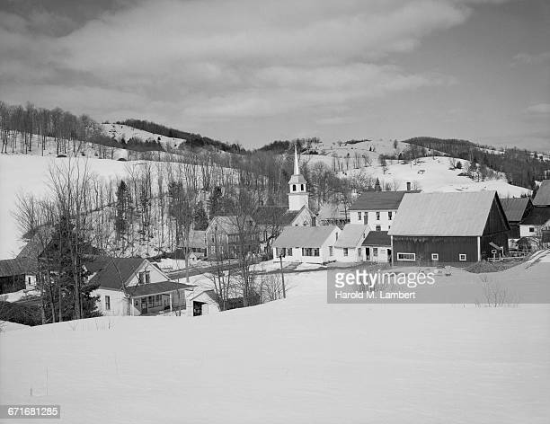 view of church and houses in snow - {{relatedsearchurl(carousel.phrase)}} fotografías e imágenes de stock