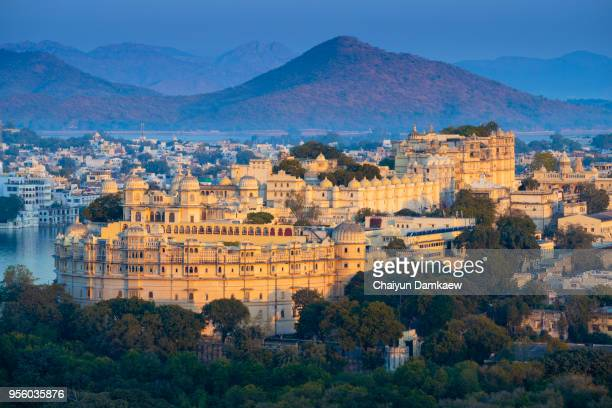 view of city palace on lake pichola in udaipur, rajasthan, india - udaipur stock pictures, royalty-free photos & images