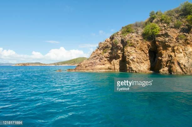 view of cliffs on the coast of virgin gorda in bvi - islas de virgin gorda fotografías e imágenes de stock