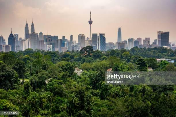 view of cloudy day at downtown kuala lumpur, malaysia - shaifulzamri stock-fotos und bilder