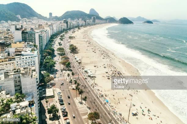 blick auf die copacabana, rio de janeiro, brasilien - copacabana rio de janeiro stock-fotos und bilder