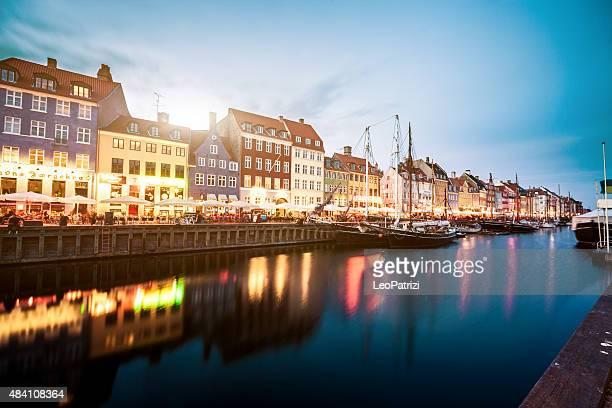 コペンハーゲンの眺めで有名な運河ボートや家屋
