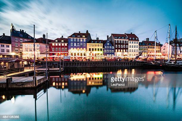 view of copenhagen famous canal with boats and houses - copenhagen stock pictures, royalty-free photos & images