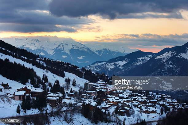 view of corchevel 1550 from 1650 at sunset - courchevel photos et images de collection