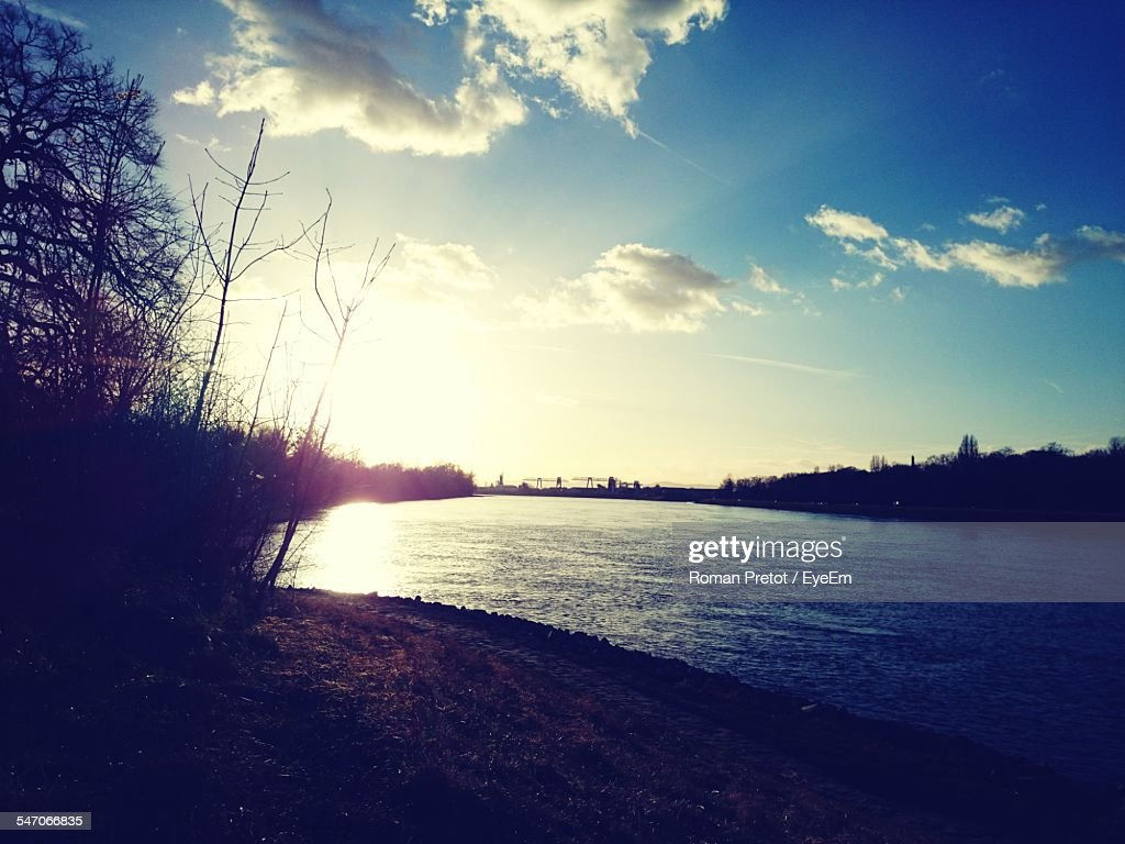 View Of Countryside Lake Against Sky : Stock-Foto