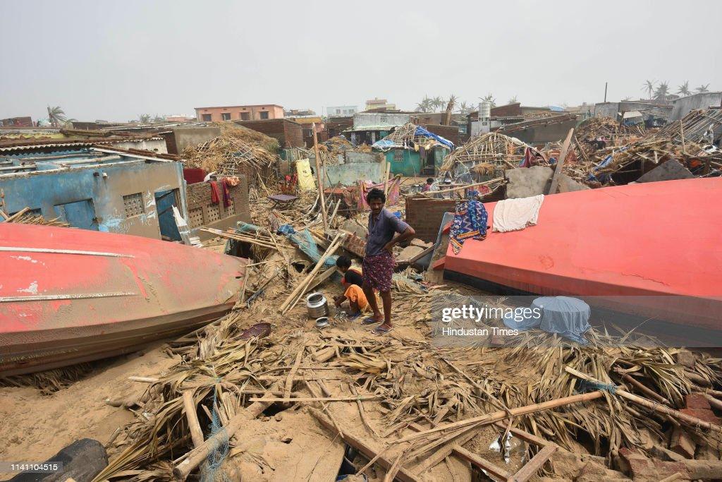 Cyclone Fani Hits Odhisa, West Bengal Triggering Heavy Rainfall, Uprooting Trees : Fotografía de noticias