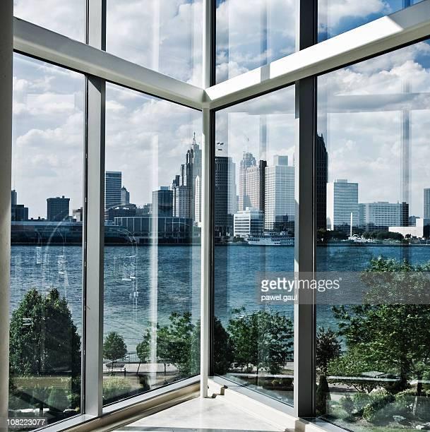 Blick auf den Detroit River und die Skyline von innen Gebäude