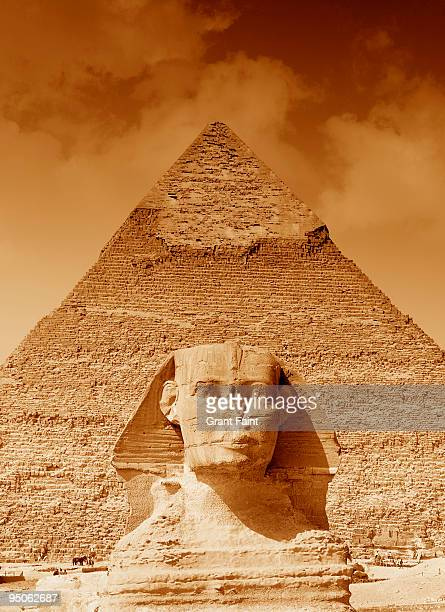 view of egyptain monuments - the sphinx stock pictures, royalty-free photos & images