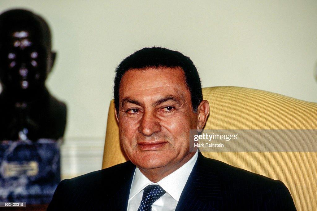 View of Egyptian President Hosni Mubarak in the White House's Oval Office, Washington DC, September 29, 1995.