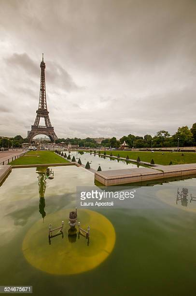 view of eiffel tower from trocadero - esplanade du trocadero stock pictures, royalty-free photos & images