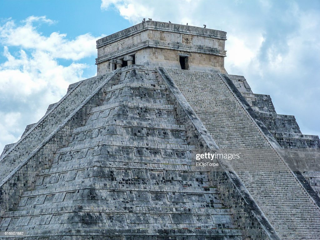 View of 'El Castillo' Temple or Pyramid of Kukulkan, Chichen Itza ruins, Mexico : Stock Photo