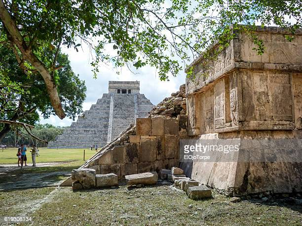 "view of ""el castillo"" temple or pyramid of kukulkan, chichen itza ruins, mexico - mayan riviera stock photos and pictures"