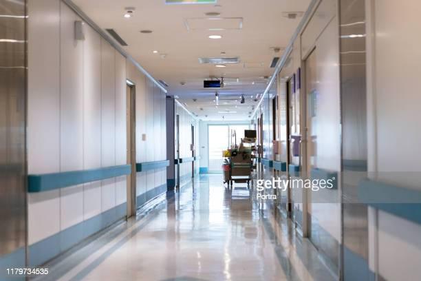 zicht op de lege corridor in het ziekenhuis - gang stockfoto's en -beelden
