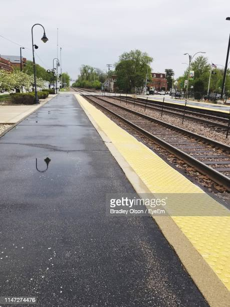 view of empty railroad station platform - park ridge illinois stock pictures, royalty-free photos & images