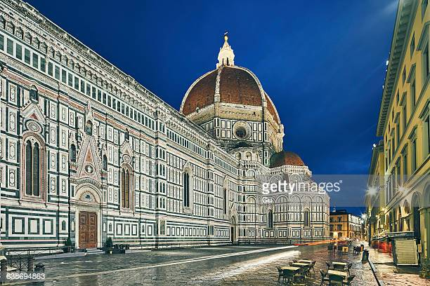 view of florence cathedral at night, florence, italy - duomo santa maria del fiore stock pictures, royalty-free photos & images