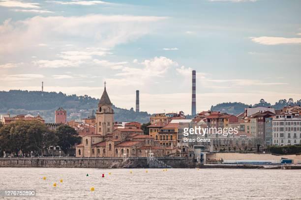 view of gijon city over san lorenzo beach. - principado de asturias fotografías e imágenes de stock