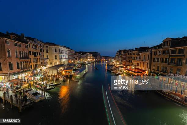 view of grand canale from rialto bridge at dusk - luogo d'interesse stock pictures, royalty-free photos & images