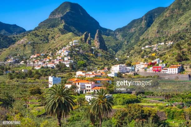 Visa Hermigua och stadens landmärke, den karakteristiska twin rocks Roques de San Pedro, på Kanarieöarna La Gomera i provinsen Santa Cruz de Tenerife - Spanien