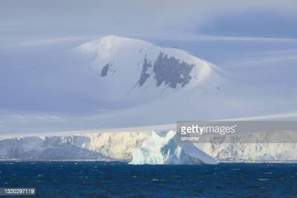 blick auf das eis, das vor den süd-shetland-inseln schwimmt - eismeer stock-fotos und bilder