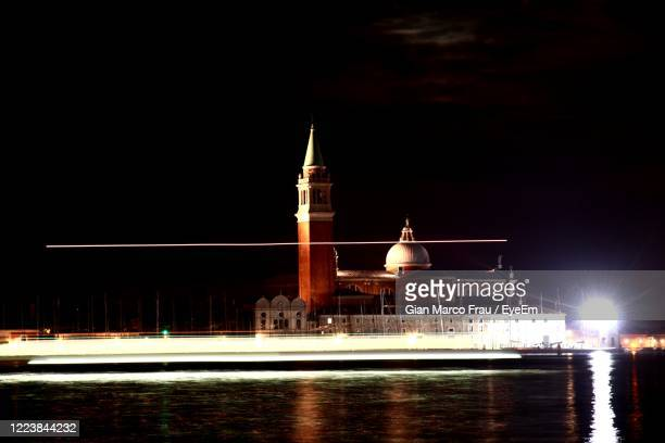 view of illuminated building at night - frau photos et images de collection