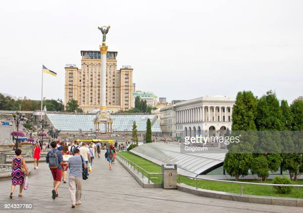 uitzicht op het onafhankelijkheidsplein in kiev - ukrainian angel stockfoto's en -beelden
