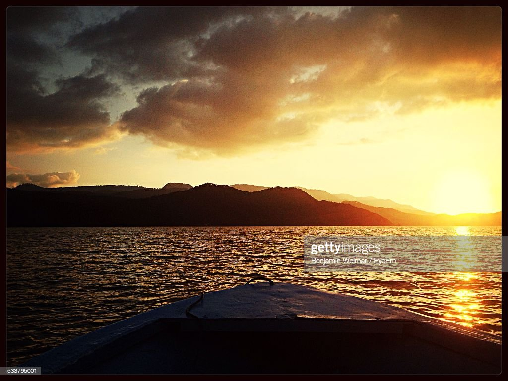 View Of Island At Sunset From Ships Bow : Foto stock