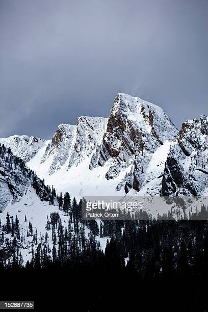 a view of jagged peaks covered in snow in montana. - bozeman stock pictures, royalty-free photos & images