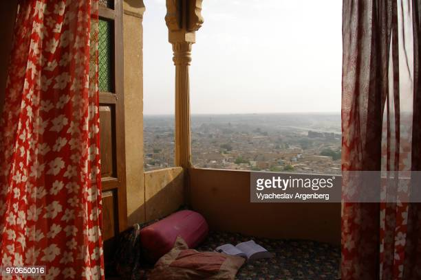 a view of jaisalmer and sandy expanse of thar desert from jaisalmer fort, rajasthan, india - argenberg - fotografias e filmes do acervo