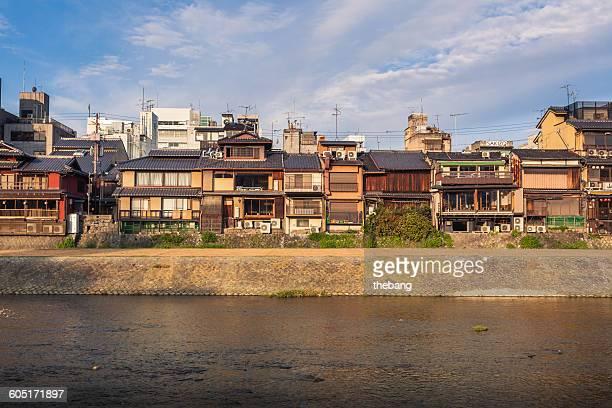 view of kamo river, kyoto, japan - fluss kamo stock-fotos und bilder
