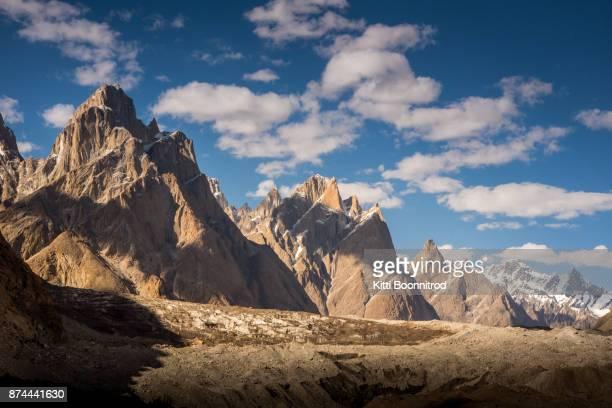 view of karakoram mountain range on the way to k2 base camp, pakistan - k2 mountain stock pictures, royalty-free photos & images