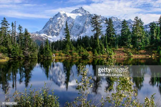view of lake in mountains, mount shuksan, north cascades national park, seattle, washington sate, usa - カスケード山脈 ストックフォトと画像