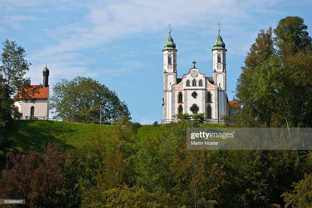 View of Leonhardskapelle chapel and Kirche Heilig Kreuz, Church of the Holy Cross, Kalvarienberg, Bad Toelz, Upper Bavaria, Bavaria, Germany, Europe, PublicGround : Foto de stock