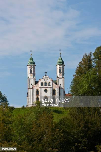 view of leonhardskapelle chapel and kirche heilig kreuz, church of the holy cross, kalvarienberg, bad toelz, upper bavaria, bavaria, germany, publicground - kirche - fotografias e filmes do acervo