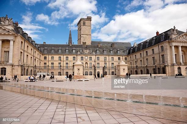 vue de la libération place à dijon, france - dijon photos et images de collection