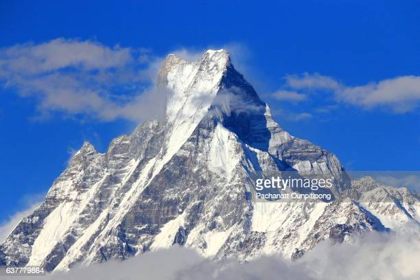 view of machapuchare mountain peak (fish tail), nepal - himalaya photos et images de collection