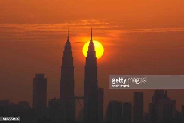 view of majestic sunset over downtown kuala lumpur, malaysia - shaifulzamri 個照片及圖片檔