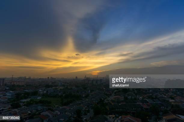 view of majestic sunset over downtown kuala lumpur, malaysia - shaifulzamri imagens e fotografias de stock