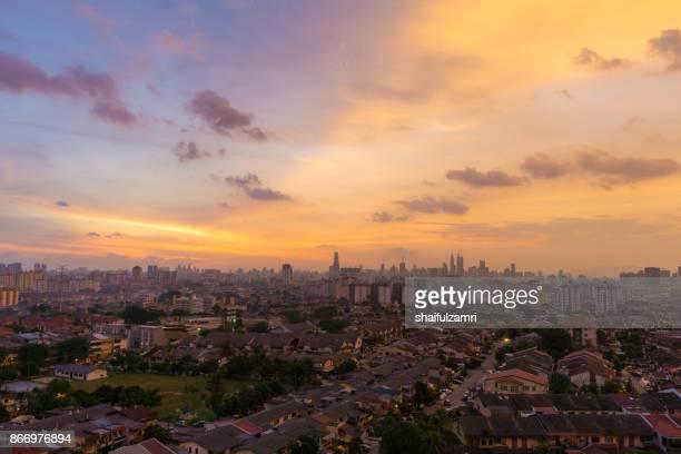 view of majestic sunset over downtown kuala lumpur, malaysia - shaifulzamri foto e immagini stock