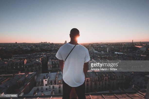 view of man on roof - vue de dos photos et images de collection