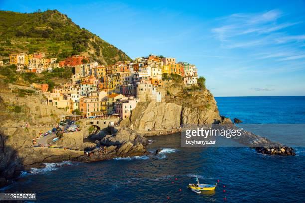 view of manarola town in cinque terre, italy - baia foto e immagini stock