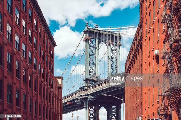 view of manhattan bridge from dumbo neighborhood - puente de brooklyn fotografías e imágenes de stock