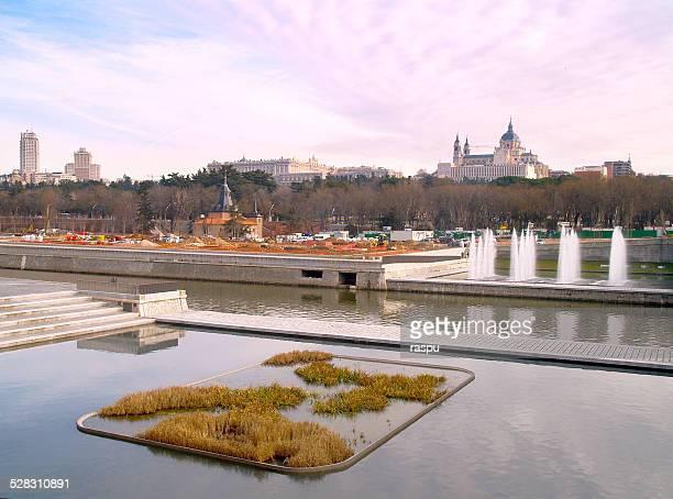 a view of manzanares river - catedral de la almudena fotografías e imágenes de stock