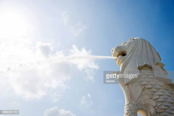 view of merlion fountain in singapore - merlion stock pictures, royalty-free photos & images