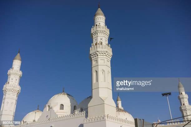 view of minarets and dome for masjid quba in medina,  saudi arabia. - shaifulzamri stockfoto's en -beelden