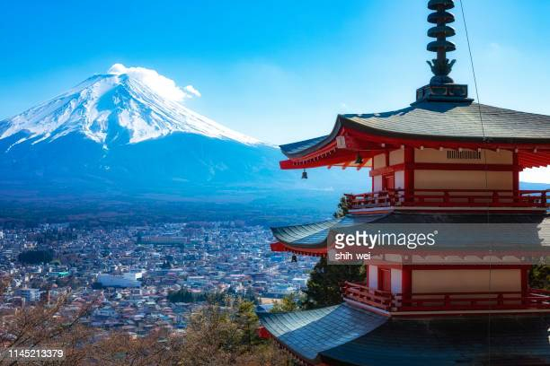 view of mount fuji from chureito pagoda - yamanashi prefecture stock pictures, royalty-free photos & images