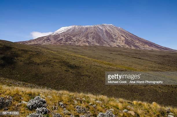 "view of mt. kilimanjaro across ""the saddle"" - mt kilimanjaro stockfoto's en -beelden"