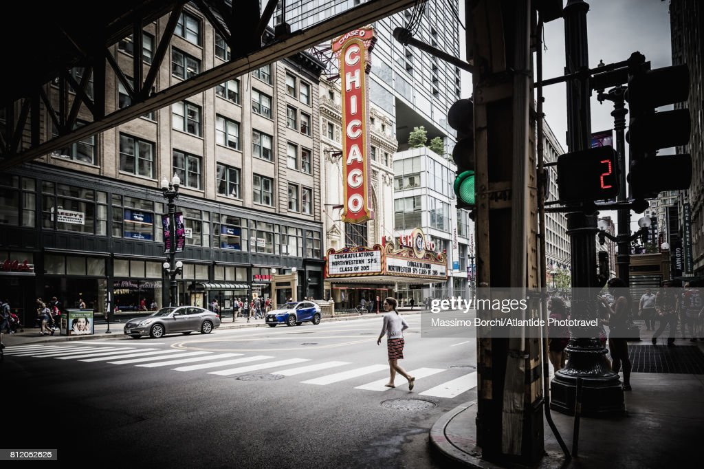 View of N State street with the sign of the Chicago Theatre : Foto de stock