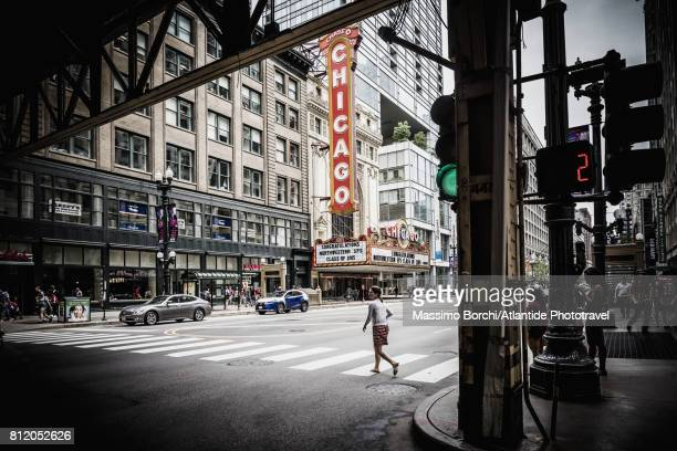 view of n state street with the sign of the chicago theatre - chicago illinois - fotografias e filmes do acervo